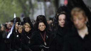 Mujeres, con la tradicional matilla negra, participan en una procesión.