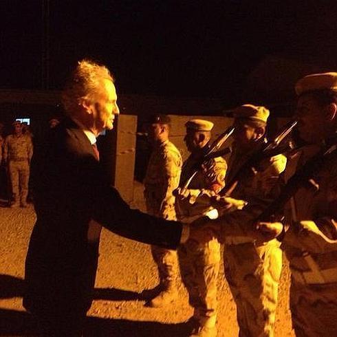 Morenés saluda a las tropas. / Defensa