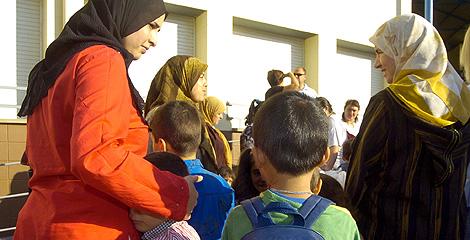 Una mujeres musulmanas llevana sus hijos al colegio.