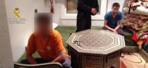 Los dos jóvenes durante el registro de su vivienda  Leer más:  Detenidos en Badalona dos gemelos menores que partían a Siria