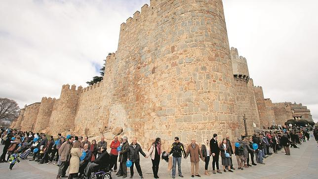 La ciudad de Ávila celebró con un multitudinario abrazo a la Muralla ayer el aniversario del nacimiento de Santa Teresa.