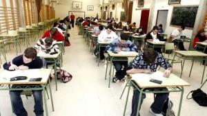 Un grupo de alumnos realizando un examen.