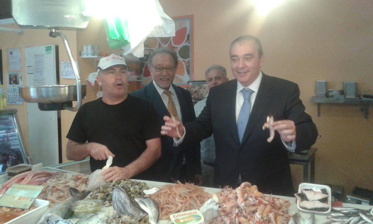 Armando Robles, en una pescadería de Cruz de Humilladero