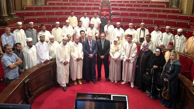 Josep Rull (centro) y Angel Colom (a su derecha), junto a los líderes islámicos que visitaron el Parlamento en 2012