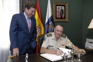 Emilio Pérez Alamán, junto al presidente del Parlamento de Canarias, Gabriel Mato, durant su tapa al frente del Mando Militar de Canarias