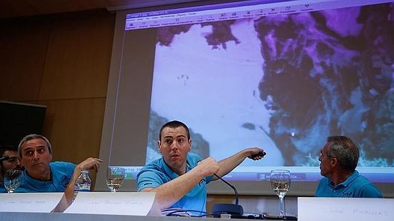 Juan Bolívar, el único superviviente de los tres accidentados, señala la zona donde ocurrió el accidente