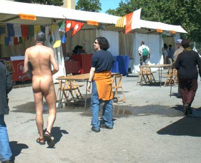 Uno de los integrantes de la asociación camina desnudo por las calles de la Ciudad Condal