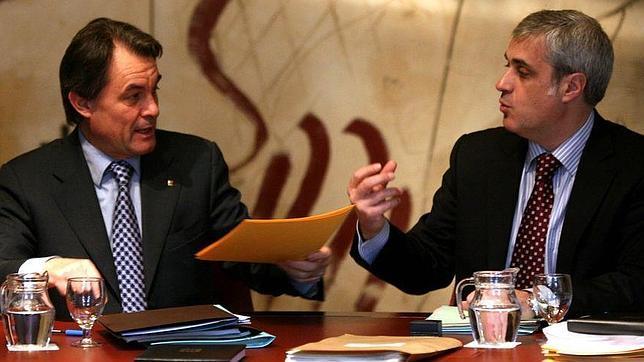 El presidente Mas con el consejero catalán de Justicia, Germà Gordó, cuyo departamento ha pagado para que se haga este libro
