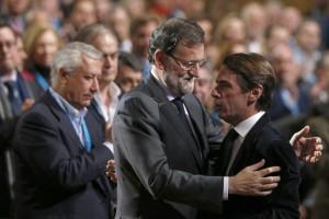 El presidente del Gobierno y del PP, Mariano Rajoy (i), saluda al presidente de honor del PP y expresidente del Ejecutivo, José María Aznar (d)