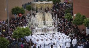 La Virgen del Rocío abre el Martes Santo donde el barrio de La Victoria cobra protagonismo