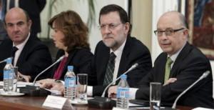 El presidente del Gobierno, Mariano Rajoy, con la vicepresidenta Soraya Sáenz de Santamaría y los ministros Luis de Guindos y Cristóbal Montoro.