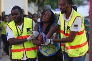 Dos sanitarios ayudan a una mujer liberada por Al Shabab, en la Universidad  Leer más:  Al menos 147 muertos en el asalto de Al Sahabaab a una universidad en Kenia