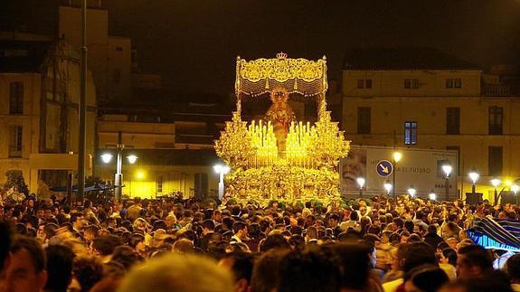 La Esperanza a su paso por la Tribuna de los Pobres es uno de esos momentos de la Semana Santa de Málaga que no se pueden perder