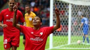 El colombiano Bacca celebra el primero de sus dos goles para Sevilla ante Dnipro.