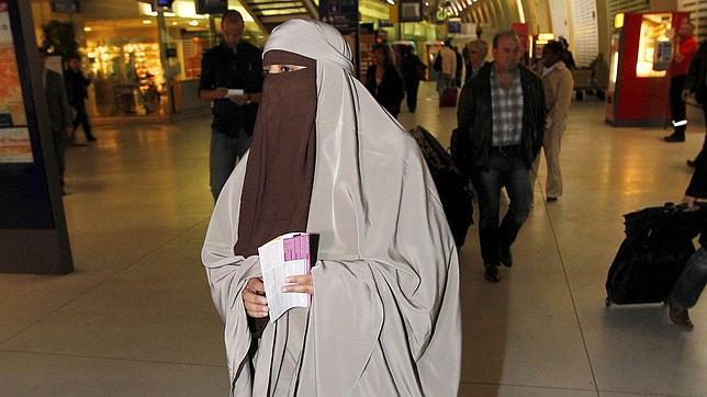 Una mujer con burka en Francia, donde existe una ley similar a la aprobada por Holanda