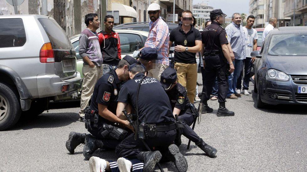 La policía reduce a una persona ante la sede de Correos tras el altercado por el supuesto fraude