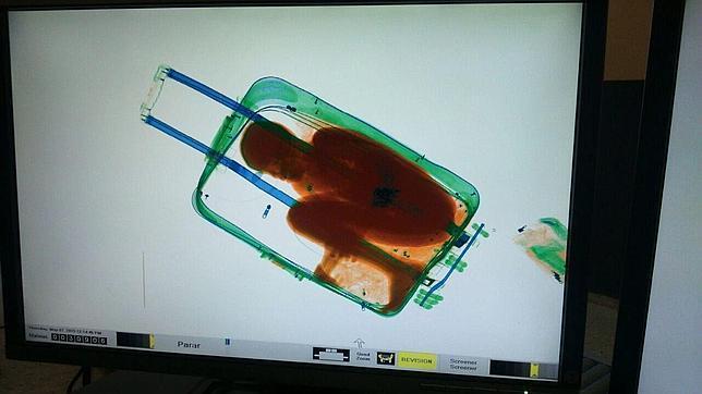 Imagen del niño dentro de la maleta detectado por el escáner de la aduana