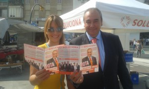 Armando Robles y la periodista valenciana Lorena Oltra
