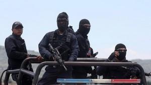 Un grupo de Federales mexicanos vigila la zona tras el enfrentamiento.