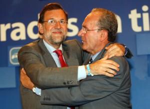 Francisco de la Torre abraza a su líder, Mariano Rajoy.