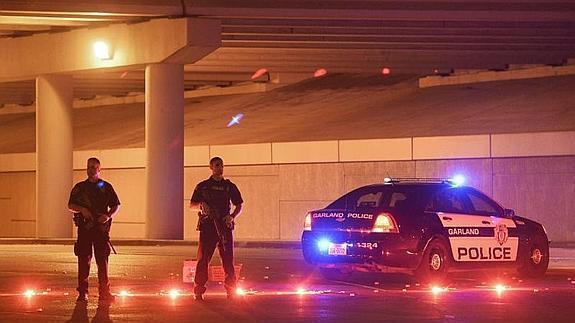 Dos agentes, en el lugar del ataque.