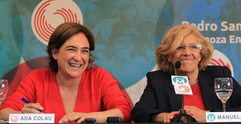 Ada Colau y Manuela Carmena, juntas en un acto de campaña. -