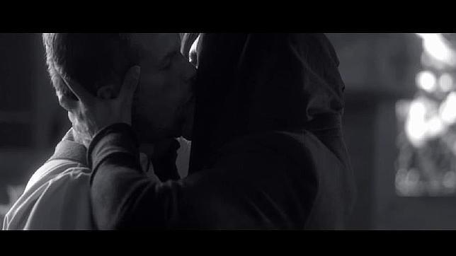 El vídeo muestra al cantante en una escena de sexo explícito con un cura frente a la mirada de los feligreses