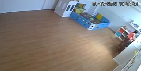 Momento en el que la monitora agrede al bebé.