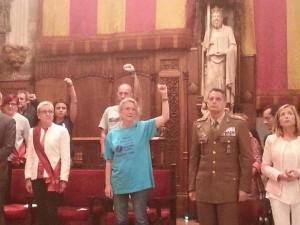 Radicales de Podemos y la CUP cantan con el puño en alto en un acto de clara simbología comunista y provocador junto al teniente general Ricardo Álvarez Espejon en el acto de toma de posesión de Ada Colau