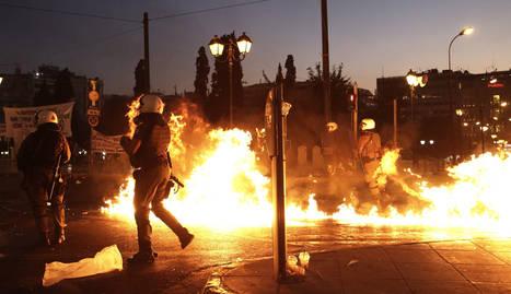 Manifestantes lanzan cócteles molotov a la Policía en la céntrica plaza Syntagma de Atenas, este 15 de julio.