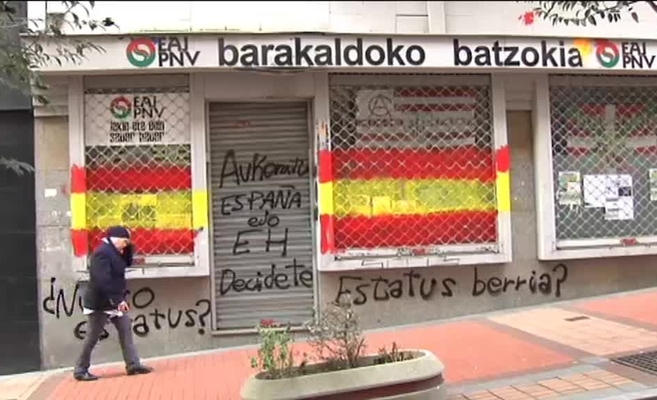 Banderas españolas en un batzoki del PNV en Baracaldo