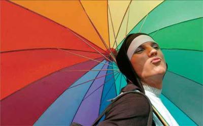 Un participante en el desfile del Orgullo Gay, disfrazado de monja.