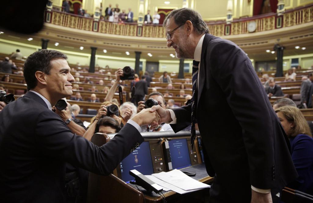 Pedro Sánchez y Rajoy se saludan en el Congreso.
