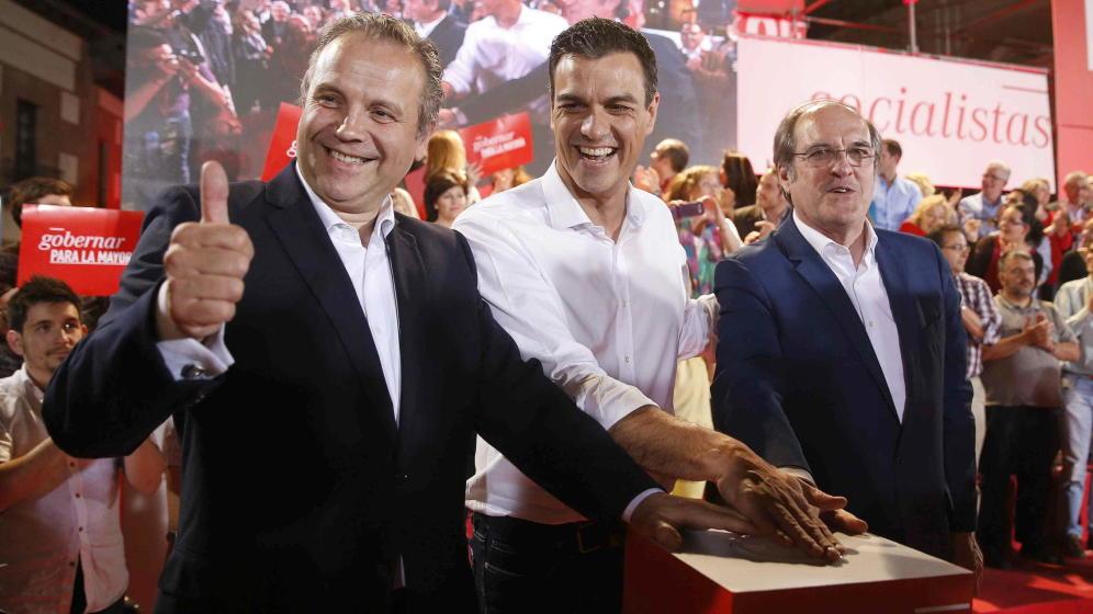 El secretario general del PSOE, Pedro Sánchez, Ángel Gabilondo y Antonio Miguel Carmona durante la campaña para las elecciones autonómicas y municipales.