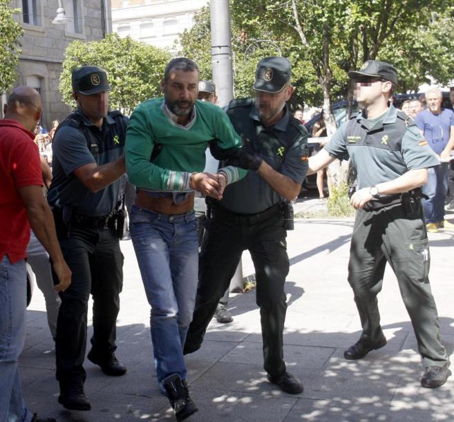 El presunto parricida de Moraña a la entrada a los juzgados.