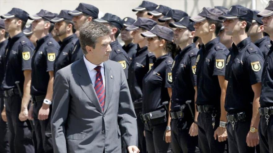 El director general de la Policía española, Ignacio Cosidó, pasa revista a efectivos policiales.