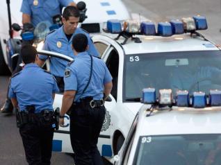 Policías locales de Santa Cruz de Tenerife durante una intervención.