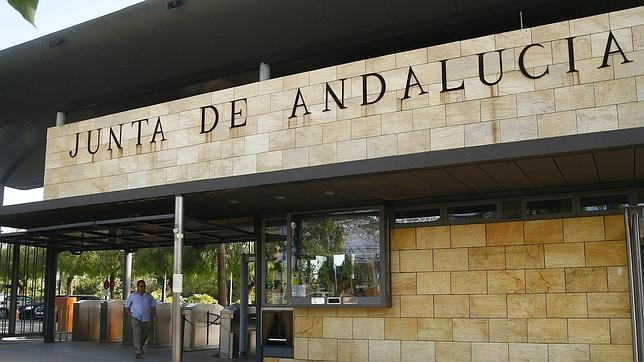 La junta de andaluc a paga sueldos a empleados que no for Oficina junta de andalucia