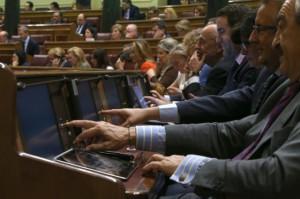 Diputados votando en el Congreso