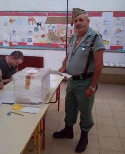 Un legionario acude a votar mostrando su desacuerdo al independentismo