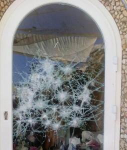 Según un testimonio, el arrestado golpeó la hornacina con una piedra grande