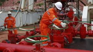 Operarios de Repsol en una nueva reserva de gas en Bolivia.