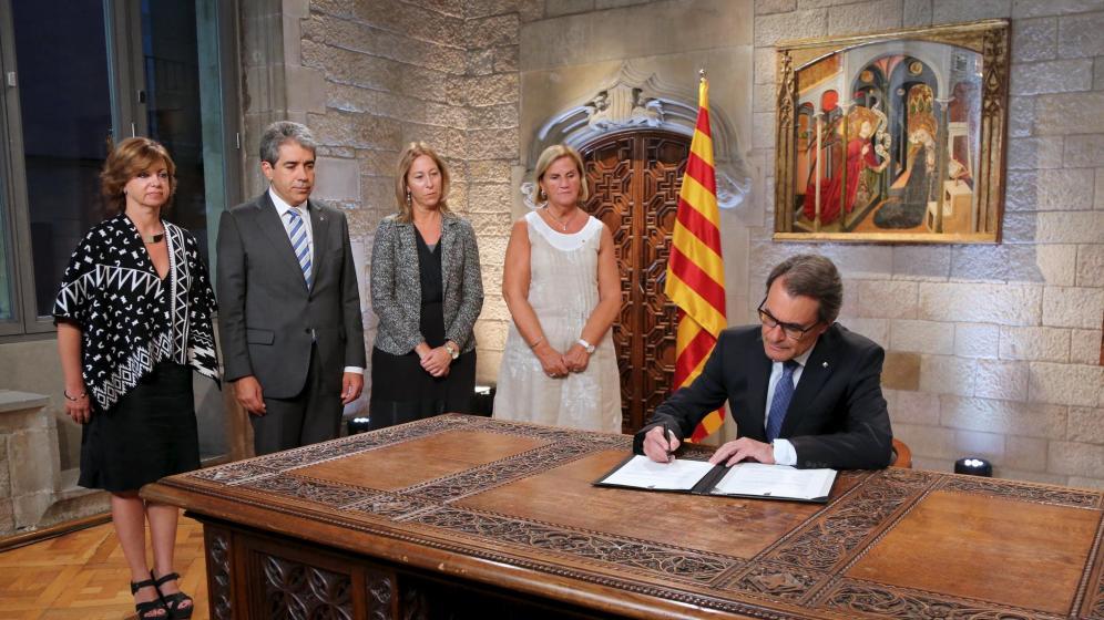 El presidente de la Generalitat de Cataluña, Artur Mas, en la firma de la convocatoria de elecciones autonómicas para el próximo 27 de septiembre. Leer más: Independencia de Cataluña: El derecho a decidir no existe en la nación española. Blogs de El Disparate Económico http://goo.gl/rXXwQZ