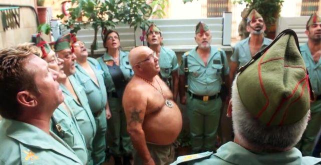 """Los ex legionarios cantan """"El novio de la muerte""""."""