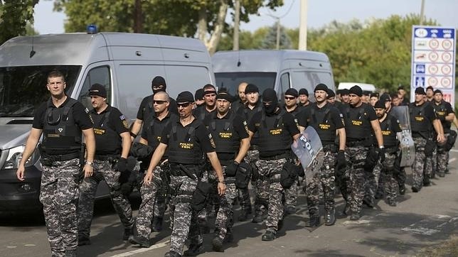 La policía húngara trata de impedir el acceso de los inmigrantes