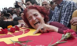 Una mujer se derumba en los funerales celebrados tras los atentados