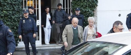Jordi Pujol y su esposa a la salida de su domicilio tras el registro de ayer