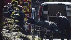 Los servicios de emergencias trasladando a uno de los fallecidos