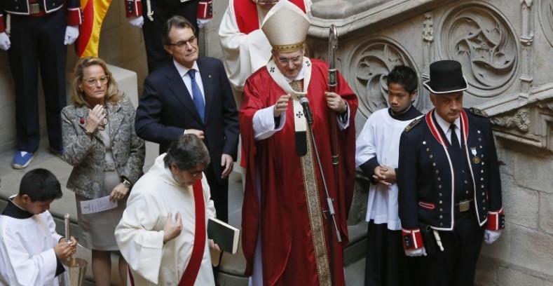 Mas, junto a su esposa Helena Rakosnik y el arzobispo de Barcelona, Martínez Sistach