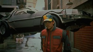 """Michael J. Fox con el Delorian que llegaba al 2015 en """"Regreso al futuro II"""""""